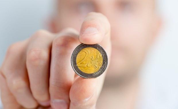 Państwa Unii Europejskiej wydały ponad 138 miliardów euro na płatne zasiłki chorobowe w 2014 roku, co daje 1 proc. unijnego PKB - podał w czwartek Europejski Urząd Statystyczny.