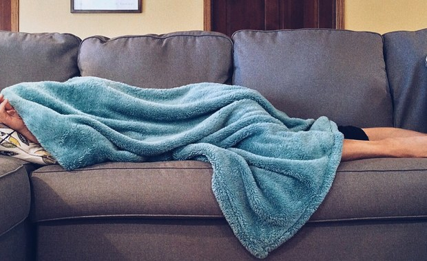 """Śpij dłużej - będziesz szczuplejszy. Badacze z King's College London przekonują, że jeśli śpimy dłużej, jemy mniej cukru. Piszą o tym na łamach czasopisma """"American Journal of Clinical Nutrition"""". Nie chodzi oczywiście o to, że śpiąc mamy mniej czasu na jedzenie. Wyniki badań pokazują, że wyspani mamy mniejszą ochotę na słodkie przekąski. To ma natychmiastowe, korzystne skutki dla naszego zdrowia i naszej wagi."""