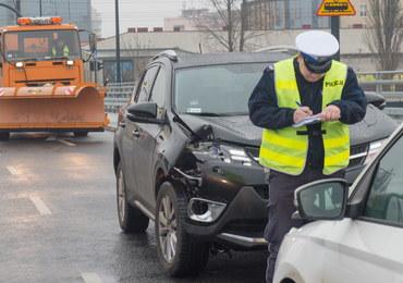 Karambol w Łodzi. Zderzyło się ze sobą ponad 20 pojazdów, w tym radiowóz i autobus