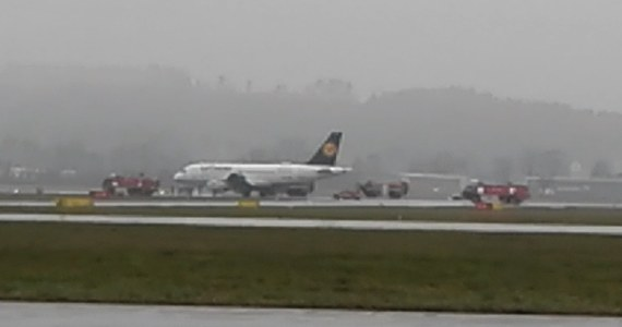 Awaryjne lądowanie samolotu linii Lufthansa na lotnisku w Krakowie-Balicach. Na pokładzie airbusa było 40 pasażerów. Powodem awaryjnego lądowania był podejrzany zapach w kabinie samolotu.