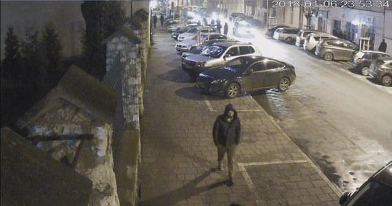 Krakowska policja kontynuuje poszukiwania 34-letniego Piotra Kijanki. Funkcjonariusze upublicznili film z monitoringu, na którym widać zaginionego przechodzącego 6 stycznia około godz. 23:53 ul. Miodową w Krakowie.
