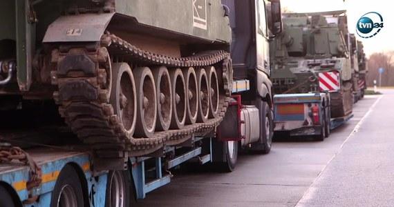Konwój przewożący sześć czołgów z Polski do Niemiec został zatrzymany przez niemiecką policję w okolicach Budziszyna. Za transport odpowiedzialna była amerykańska armia. Funkcjonariusze zatrzymali konwój amerykańskich haubic M109 po otrzymaniu kilku zgłoszeń o możliwych nieprawidłowościach w przewozie maszyn. Po kontroli okazało się, że istotnie doszło do wielu naruszeń - brakowało między innymi potrzebnych dokumentów pojazdów. Ponadto ciężarówki przewożące czołgi nie miały odpowiednich gabarytów do przewożenia tak ciężkiego ładunku. Policja wstrzymała dalszą podróż i poinformowała, że zarówno kierowcy ciężarówek, jak i firma transportowa zostaną obciążone grzywnami.