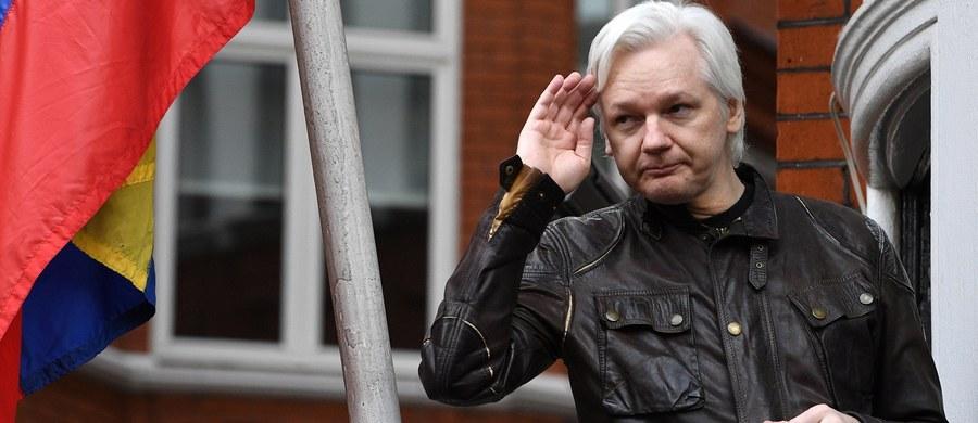 Twórca portalu WikiLeaks, Australijczyk Julian Assange, otrzymał ekwadorskie obywatelstwo.  Od 2012 roku mężczyzna chroni się w ambasadzie Ekwadoru w Londynie w obawie przed dostaniem się w ręce władz USA.