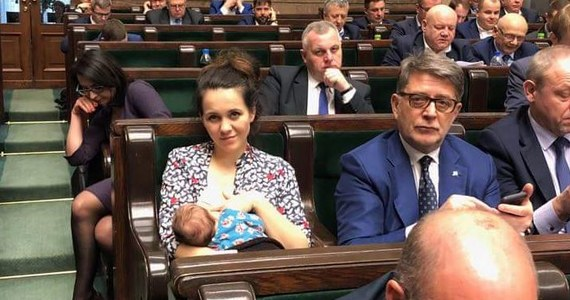 """""""Karmię piersią i się tego nie wstydzę"""" napisała posłanka Nowoczesnej Kornelia Wróblewska zamieszczając na Twitterze zdjęcie, na którym widać, jak w otoczeniu innych posłów karmi piersią dwumiesięczną córkę na sali plenarnej. """"Będę łączyła obowiązki mamy z poselskimi"""" - zapowiada."""