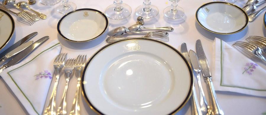 Spódnica do kolan, nie obgryzać paznokci, makaron jeść widelcem, wytrzeć serwetką usta przed sięgnięciem po kieliszek, nie wylewać na siebie flakonika perfum - to rady z książeczki dobrych manier dla 216 burmistrzów włoskiego regionu Friuli - Wenecja Julijska.