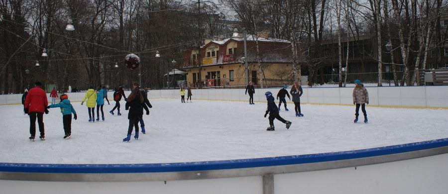 W czterech województwach w sobotę zaczynają się ferie zimowe. W pozostałych rozpoczną się one za tydzień, dwa lub za cztery. Dwutygodniowa przerwa w zajęciach, w zależności od województwa, nastąpi między 13 stycznia a 25 lutego.