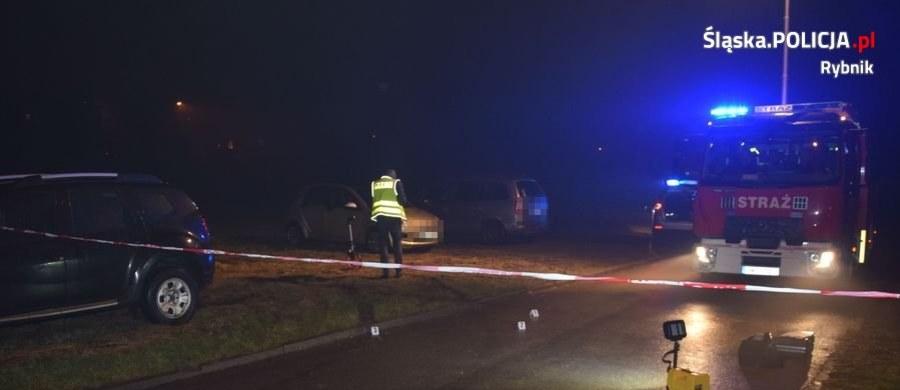 Policjanci z Rybnika od wczoraj poszukują mężczyzny, który nie zatrzymał się do kontroli drogowej i potrącił jednego z funkcjonariuszy. Dziś ujawniono, że ma on sądowy zakaz prowadzenia pojazdów do czerwca 2021 roku.