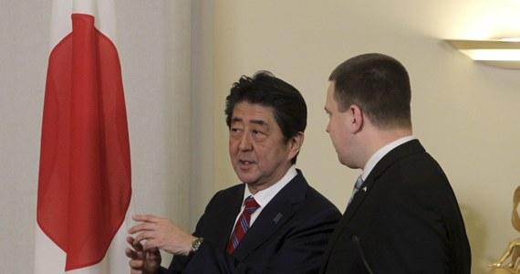 Premierzy Estonii Juri Ratas oraz Japonii Shinzo Abe, który złożył oficjalną wizytę w Tallinie, potwierdzili, że Japonia przystąpi do natowskiego Centrum Doskonalenia Cyberobrony z siedzibą w Tallinie - poinformowała w sobotę estońska telewizja ERR. Rozmowy premierów odbyły się w piątek wieczorem; jak podaje AP, poświęcone były przede wszystkim cyberbezpieczeństwu oraz kwestiom związanym z technologiami informacyjnymi.