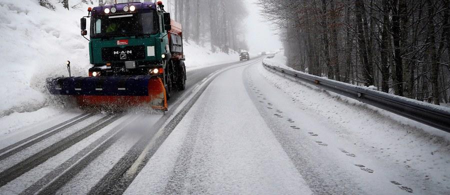Intensywnie sypie śniegiem na zachodzie i północy Polski. Ostrzegamy kierowców: drogi, także te krajowe, są białe i śliskie.