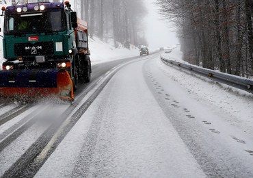 Trudne warunki na drogach. Są białe i śliskie