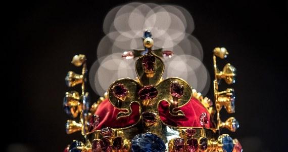 Siedmiu kluczników – prezydent Czech, premier, przewodniczący obu izb parlamentu, burmistrz Pragi, praski arcybiskup i dziekan kapituły katedralnej św. Wita otworzyło skarbczyk w katedrze św. Wita i wyjęło klejnoty koronne. Będą wystawione na praskim Zamku.