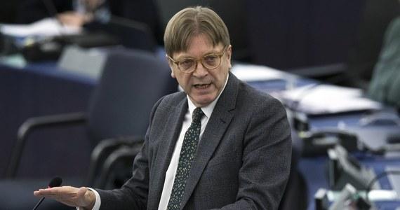 """Szef grupy liberałów w europarlamencie Guy Verhofstadt skrytykował na sesji plenarnej wiceszefa PE Ryszarda Czarneckiego (PiS) """"za skandaliczne zachowanie"""" i za to, że nie wykorzystał okazji, by przemawiając w Strasburgu, przeprosić europosłankę PO Różę Thun. We wtorek rano w PE odbyła się debata podsumowująca estońską prezydencję w UE. Podczas debaty wypowiadali się przedstawiciele grup politycznych w europarlamencie, w tym Czarnecki, który w imieniu swojej grupy Europejskich Konserwatystów i Reformatorów podziękował Estończykom za pracę w UE."""