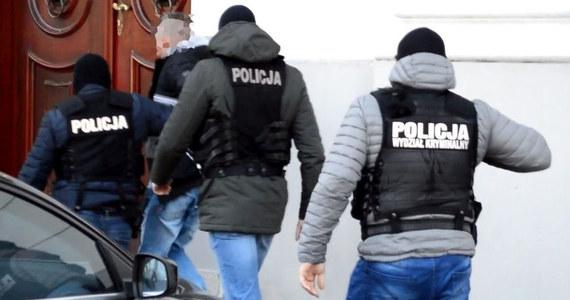 Szajka, która w czwartek napadła na bankowy konwój w Płocku, wpadła przez samochód głównego organizatora napadu. Policjanci zatrzymali 4 osoby, które usłyszały zarzuty w związku z kradzieżą prawie 400 tysięcy złotych.