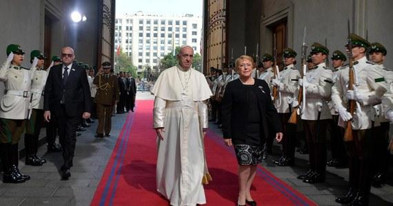 """Papież Franciszek podczas mszy w stolicy Chile Santiago mówił, że naród tego kraju dobrze wie, co to znaczy odbudowywać, zaczynać wszystko od nowa i podnosić się po upadkach. Apelował o budowę sprawiedliwości, pojednania i pokoju. W homilii wygłoszonej w parku O'Higgins, gdzie zebrało się ok. 400 tys. osób, papież przestrzegał wiernych przed bierną postawą wobec rzeczywistości i wybieraniem dla siebie roli """"widza, który staje się smutnym twórcą statystyk tego, co się dzieje""""."""