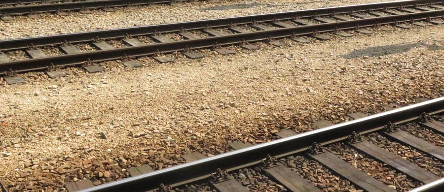 Jedna osoba zginęła, a kolejna została ranna po zderzeniu osobowej skody z pociągiem, do którego doszło wieczorem na przejeździe kolejowym w Kielcach. Na czas prac służb wstrzymano ruch na odcinku Kielce-Kielce Białogon.