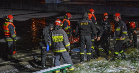 Śledztwo w sprawie nieumyślnego spowodowania śmierci ma wyjaśnić okoliczności wczorajszej tragedii w Skarbimierzu-Osiedle na Opolszczyźnie. Nie żyje 14-latek, pod którym na nieczynnym basenie załamał się lód. W szpitalu jest towarzysząca mu 13-latka. Stan nastolatki nie zagraża jej życiu.
