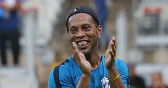 Przez lata czarował kibiców sztuczkami technicznymi. Dziś w wieku 37 lat ogłosił zakończenie kariery. Mowa o legendarnym Ronaldinho, który grał w Paris Saint-Germain, Barcelonie i w Milanie. Zdobył Złotą Piłkę, a z reprezentacją Brazylii wywalczył mistrzostwo świata. W 2002 roku na mundialu zdobył z rzutu wolnego jedną z najpiękniejszych bramek w historii.