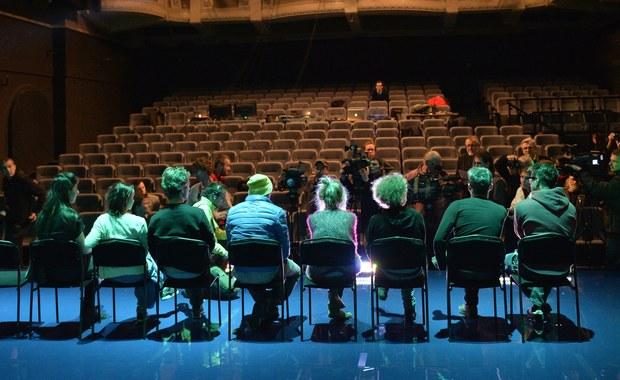 """""""Teatr musi grać, inaczej po zespole zostaną zgliszcza"""" - piszą w swoim oświadczeniu aktorzy Narodowego Starego Teatru w Krakowie. Odnoszą się w ten sposób do konfliktu, który pojawił się po wyborze nowego szefa tej sceny - Marka Mikosa. Dyrektor Starego Teatru w RMF FM komentuje dzisiejsze oświadczenie."""
