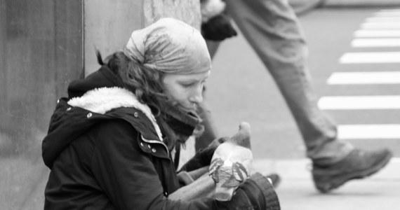 Nowy Jork. Miasto kontrastów. Żyje tu prawie 60 tysięcy bezdomnych i wielu milionerów. Mieszkają tu obywatele USA i nielegalni imigranci. Są miejsca, gdzie wszystko błyszczy, a z drugiej strony walają się śmieci. Luksusowe butiki dla tych, którzy do końca życia mogliby już nie pracować i byle jakie sklepy dla tych, którzy ledwo wiążą koniec z końcem.