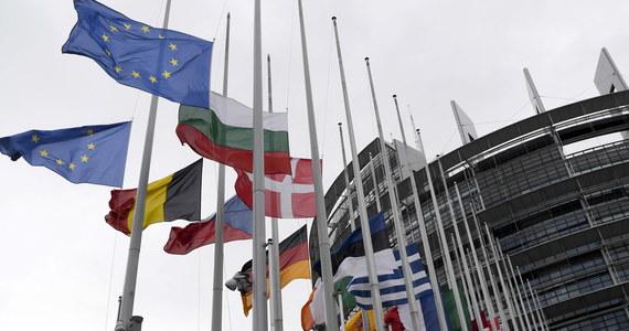 """""""Węgry, Słowacja i Czechy zajmują konstruktywne stanowisko w negocjacjach w sprawie reformy systemu azylowego i przyszłego mechanizmu relokacji uchodźców"""" - usłyszała w Brukseli dziennikarka RMF FM Katarzyna Szymańska-Borginon. Pochwały Brukseli pod adresem tych trzech krajów mogą oznaczać, że w sprawie mechanizmu rozdziału uchodźców zaczyna się sypać jedność Grupy Wyszehradzkiej."""