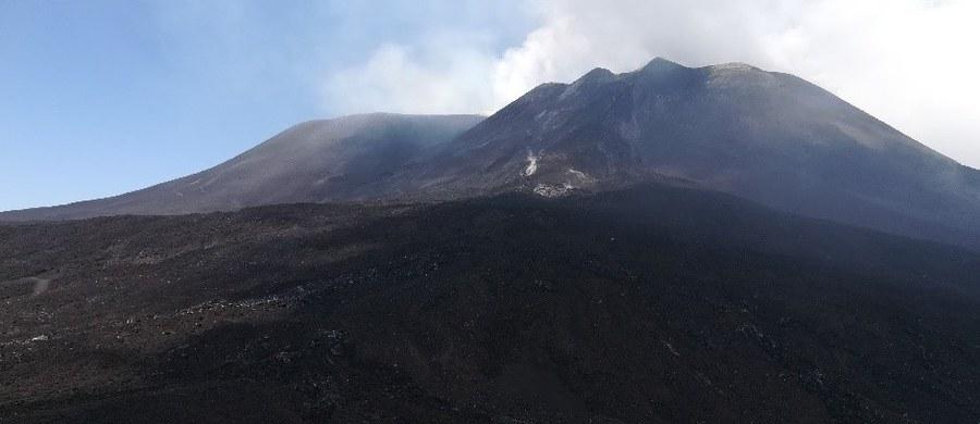 """Etna, najbardziej aktywny wulkan na terytorium Europy może... wcale nie być wulkanem. Taką zaskakującą teorię formułuje w najnowszym numerze czasopisma """"Earth-Science Reviews"""" Carmelo Ferlito, wulkanolog z Università di Catania. Badacz z Sycylii wskazuje na wyniki badań świadczących o tym, że Etna zachowuje się raczej jak gorące źródło. Chodzi mu przede wszystkim o intensywną emisję pary wodnej, dwutlenku węgla i dwutlenku siarki. To jeszcze nie dowodzi, że Etna nie jest wulkanem. Wskazuje jednak, że zachowuje się inaczej niż inne wulkany."""
