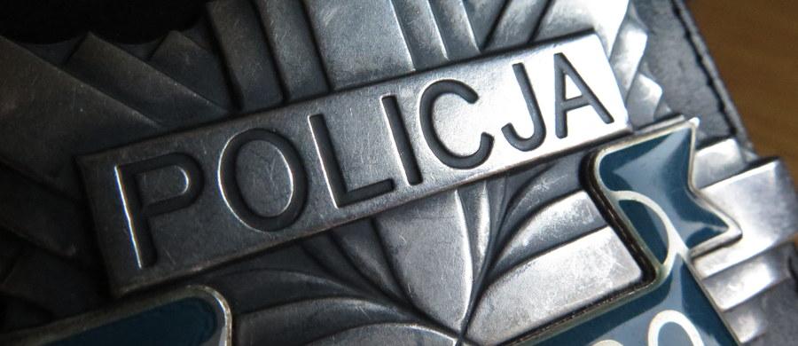 Strzały ostrzegawcze podczas policyjnej interwencji w Brzeszczach w Małopolsce. Funkcjonariusze interweniowali ws. agresywnego 40-latka, który miał wymachiwać nożem. Do zdarzenia doszło przy ul. Piłsudskiego.