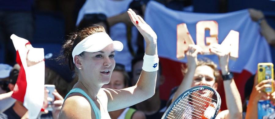 """Rozstawiona z """"26"""" Agnieszka Radwańska wygrała z ukraińską tenisistką Łesią Curenko 2:6, 7:5, 6:3 w 2. rundzie wielkoszlemowego Australian Open. O awans do czołowej """"16"""" imprezy w Melbourne Polka powalczy z Hiszpanką Garbine Muguruzą (3.) lub Su-Wei Hsieh z Tajwanu."""