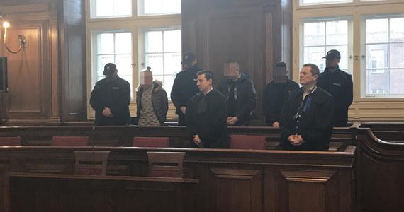Jest wyrok w sprawie czterech osób oskarżonych o porwanie, maltretowanie i zgwałcenie 18-latka z Gdańska. Sąd skazał trzech mężczyzn i kobietę na od 4 do 6 lat więzienia.