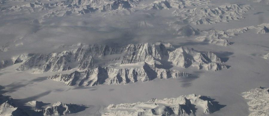 """Niepewność co do zakresu przyszłych zmian klimatycznych można znacznie zmniejszyć, jeśli przeprowadzi się analizę zmian temperatury zachodzących na bieżąco, rok do roku - przekonuje na łamach czasopisma """"Nature"""" zespół brytyjskich naukowców. Wyniki ich najnowszych badań wskazują, że tak zwana wrażliwość klimatu na dwukrotny wzrost ilości dwutlenku węgla w atmosferze jest mniejsza, niż do tej pory przypuszczano. Najczęściej  cytowane prognozy wskazywały, że podwojenie zawartości CO2 w atmosferze w stosunku do czasów przed okresem uprzemysłowienia doprowadzi do podniesienia się średniej temperatury od 1,5 do 4,5 stopni Celsjusza. Dziś wydaje się, że najgorszy scenariusz się nie sprawdzi. Najlepszy niestety też nie."""