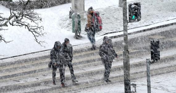 Prawie 3800 strażaków walczyło wieczorem i w nocy ze skutkami gwałtownych wichur i opadów śniegu. W całym kraju interweniowali ponad 700 razy. Dwie osoby zostały niegroźnie ranne. Wichura uszkodziła w sumie 65 budynków. To efekty działania orkanu Fryderyka, który przechodzi nad Polską. Silny wiatr będzie wiał jeszcze do południa.