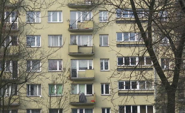 Policjanci z Katowic poszukują mężczyzny, który śledził i zaatakował 14-latkę na osiedlu Tysiąclecia. Do tego zdarzenia doszło w czwartek.