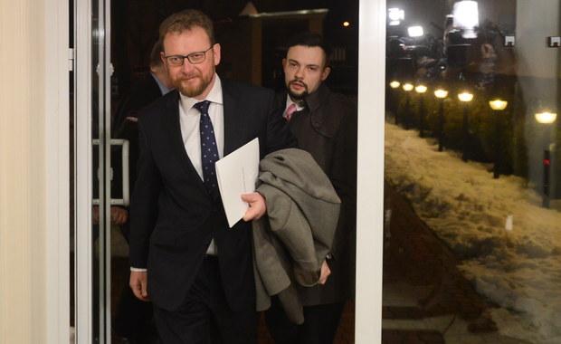 """Najwcześniej w środę dojdzie do kolejnego spotkania protestujących lekarzy z nowym ministrem zdrowia Łukaszem Szumowskim - dowiedział się reporter RMF FM w Porozumieniu Rezydentów. Ta data wynika z tego, że na środę zaplanowano posiedzenie sejmowej komisji zdrowia, w którym nowy szef resortu zdrowia ma wziąć udział. Wczorajsze rozmowy medyków z ministrem trwały pięć godzin. Nie przyniosły jednak porozumienia, ale obie strony przyznawały po spotkaniu, że """"pojawiło się światełko w tunelu""""."""