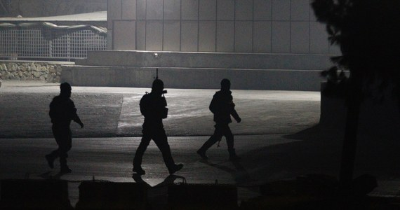 Czterech napastników zaatakowało hotel Intercontinental w stolicy Afganistanu Kabulu - poinformował resort spraw wewnętrznych tego kraju. Trwa wymiana ognia między siłami bezpieczeństwa a napastnikami.