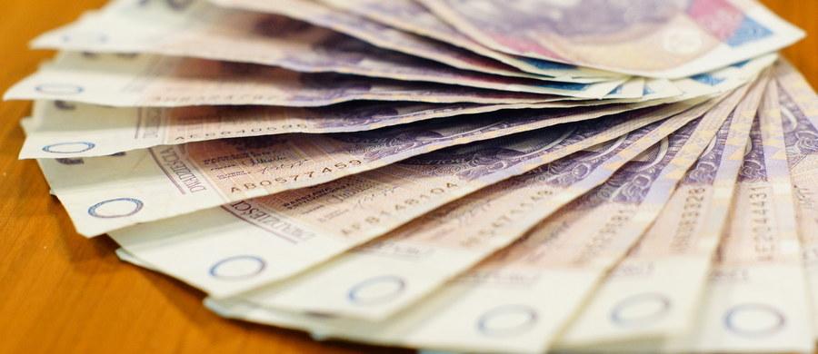 Projekt nowej ustawy o uczelniach przewiduje wzrost wynagrodzeń pracowników akademickich - zapowiedział wicepremier Jarosław Gowin. Stawki, zamiast do wynagrodzenia minimalnego, będą się odnosić do przeciętnego wynagrodzenia w sektorze przedsiębiorstw.