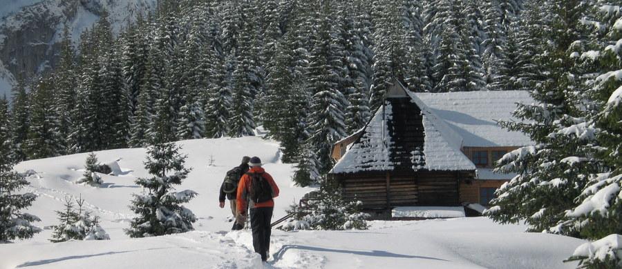Po intensywnych opadach śniegu w Tatrach ratownicy górscy ogłosili w poniedziałek trzeci stopień zagrożenia lawinowego. W górach panują trudne warunki do uprawiania turystyki. Możliwe jest samorzutne schodzenie lawin.