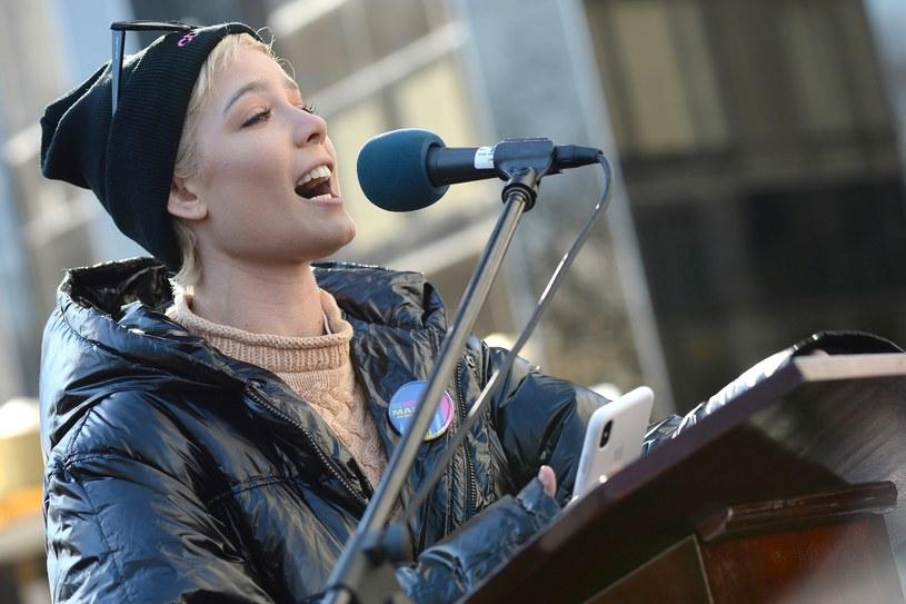 W niedzielę, 21 stycznia, setki tysięcy kobiet i mężczyzn w wielu miastach USA i nie tylko wzięło udział w Marszu Kobiet zorganizowanym w rocznicę objęcia prezydentury przez Donalda Trumpa. Na manifestacji pojawiło się również wiele gwiazd ze świata muzyki i filmu.