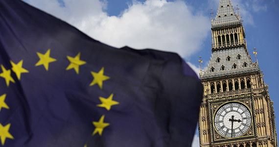 """Brytyjski dziennik """"The Times"""" podał, że Unia Europejska rozważa zapłacenie ok. 230 mln euro za rejestrację mieszkających w Wielkiej Brytanii obywateli państw UE w systemie do uzyskania statusu osoby osiedlonej, który ochroni ich prawa po Brexicie."""