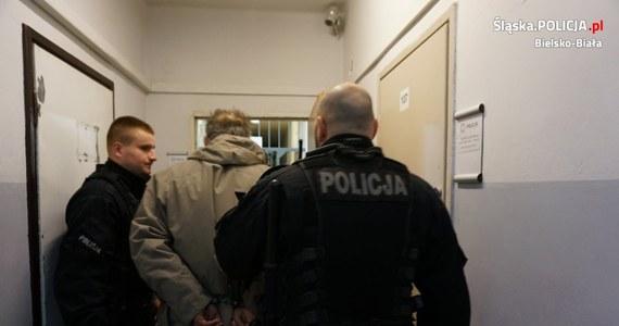 Po blisko 3 tygodniach poszukiwań policja zatrzymała podejrzanego o potrącenie autem mężczyzny w Bielsku-Białej. Domniemany sprawca nie udzielił ciężko rannemu pomocy i uciekł. Grozi mu do 12 lat więzienia.