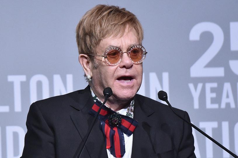 """Po 50 latach na scenie Elton John rezygnuje z dużych tras koncertowych. W ramach trzyletniej, pożegnalnej trasy """"Farewell Yellow Brick Road"""" wystąpi także w Polsce - 4 maja 2019 r. zaśpiewa w Tauron Arenie Kraków."""