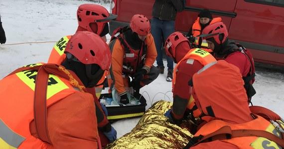 Strażacy szkolą się z udzielania pomocy na lodzie. 18 ratowników z województwa lubelskiego ćwiczyło na jeziorze Białka koło Parczewa.