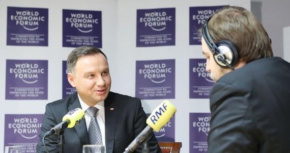 """""""Na temat polskiej gospodarki słyszałem same superlatywy"""" - powiedział prezydent Andrzej Duda, w rozmowie z naszym wysłannikiem do Davos Krzysztofem Berendą. """"Nie było ani jednego przedstawiciela biznesu, który by powiedział, że w polskiej gospodarce jest coś, co on uważałby za niebezpieczne, groźne. Jeden był tylko głos, że mamy zbyt jeszcze dużą biurokrację"""" - przyznał prezydent w Popołudniowej rozmowie w RMF FM. """"Mamy bardzo zdolnych inżynierów, informatyków"""" - usłyszał prezydent Polski od prezesa Google'a Sundara Pichai. """"Zamierzają rozwijać swoją działalność w Polsce. Mam nadzieję, że tak będzie"""" – dodał. Pytany o to, czy spotka się w Davos z Donaldem Trumpem, prezydent odpowiedział: """"Pewnie tak"""". """"Chcemy powstania swoistej globalnej koalicji na rzecz rozwoju gospodarczego Polski"""" - powiedział prezydent Andrzej Duda. Dodał, najważniejszym elementem udziału w Światowym Forum Gospodarczym w Davos jest dla niego realizowanie polskich interesów na styku świata biznesu i polityki. Dziennikarz RMF FM pytał prezydenta także o zmianę na stanowisku szefa MON. """"Były zmiany w rządzie, zmienił się premier, zmieniło się kilku ministrów - taka była wola większości parlamentarnej"""" - odpowiedział Andrzej Duda - """"Zależy mi na tym, by był jak najsprawniejszy minister (obrony narodowej - red.), mający dobrych współpracowników, prowadzący mądra politykę, realizujący politykę Prawa i Sprawiedliwości"""". """"Ustawa o funduszu wsparcia kredytobiorców powinna zostać uchwalona. Po to ją złożyłem, jako prezydent. To realizacja moich zobowiązań wobec wyborców"""" - mówił prezydent Andrzej Duda o pomocy obiecanej frankowiczom w kampanii wyborczej. Dodał, że """"cały czas podejmuje działania"""" w celu przyspieszenia prac. """"Kilka dni temu miałem na ten temat rozmowę z prezesem NBP. Montuję tutaj pewną koalicję, (uchwalenie regulacji - red.) to nie tylko wola prezydenta"""" - wyjaśnił prezydent Duda."""