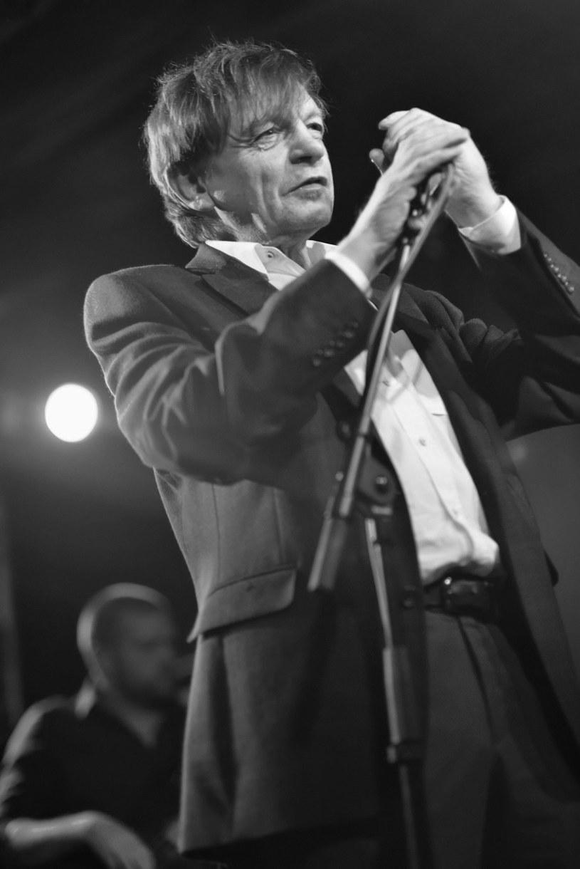 Muzycy z Manchesteru wzięli udział w pogrzebie zmarłego 24 stycznia Marka E. Smitha, lidera i wokalisty brytyjskiej postpunkowej grupy The Fall.