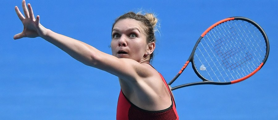 Najwyżej rozstawiona Simona Halep pokonała byłą liderkę rankingu Niemkę Andżelikę Kerber (21.) 6:3, 4:6, 9:7 i pierwszy raz zagra w finale wielkoszlemowego Australian Open. O tytuł Rumunka powalczy z inną tenisistką polskiego pochodzenia - Dunką Caroline Wozniacki, która w półfinale pokonała Belgijkę Elise Mertens 6:3, 7:6 (7-2). Dla Dunki polskiego pochodzenia będzie to pierwszy finał na australijskich kortach.