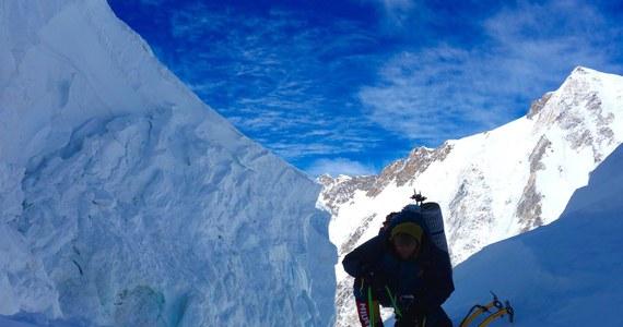 """""""Jeżeli Tomek nie jest w stanie zejść niżej, to sytuacja jest dosyć dramatyczna"""" - przyznał w rozmowie z dziennikarzem RMF FM Leszek Cichy, himalaista, pierwszy zimowy zdobywa Mont Everest. """"Możemy liczyć tylko na ogromne doświadczenie Tomka. On zna tę górę. Niejednokrotnie potrafił tydzień przeczekać (...) w lodowych jaskiniach. I to być może jest ta nadzieja, która nas wszystkich łączy""""."""
