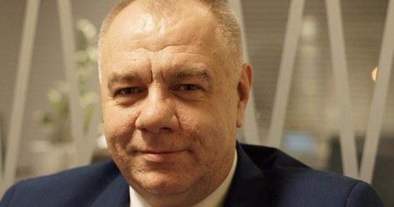 """""""Ta część dotycząca samorządów została zrealizowana w tej kadencji Sejmu"""" – tak Jacek Sasin odpowiada na pytanie o losy projektu o likwidacji gabinetów politycznych autorstwa posłów PiS. O likwidacji gabinetów politycznych na szczeblu centralnym gość Popołudniowej rozmowy w RMF FM mówi: """"Powinniśmy się zastanowić"""". """"Rząd nie może być pozbawiony możliwości zatrudnienia profesjonalnych doradców. Każdy rząd potrzebuje współpracowników. Każdy minister potrzebuje takich współpracowników"""" – dodał Jacek Sasin w rozmowie z Marcinem Zaborskim. Pomnik ofiar katastrofy smoleńskiej i pomnik Lecha Kaczyńskiego nie staną na placu Piłsudskiego w Warszawie. """"Takiego pomysłu nie ma"""" – stwierdził Jacek Sasin. """"Rozważamy, bo teren jest szerszy, by może w tej przestrzeni te pomniki się pojawiły"""" - dodał - """"Są tam trawniki, trawa, zieleńce – być może tam jeden z pomników mógłby stanąć. Decyzji jeszcze nie ma"""". Sasin jest przekonany o tym, że pomnik ofiar katastrofy smoleńskiej zostanie odsłonięty 10 kwietnia. """"Wygląda na to z dużą dozą prawdopodobieństwa, że pomnik prezydenta Lecha Kaczyńskiego w tym terminie nie stanie"""" – powiedział. Szef Komitetu Stałego Rady Ministrów dodał, że nowe typy lokalizacji pomników Komitet Społeczny ogłosi na początku przyszłego tygodnia."""