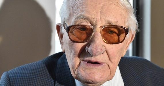 """""""Brakuje mi słów. Trzeba natychmiast zlikwidować takie organizacje, zdelegalizować je, a łobuzów szerzących faszyzm - zamykać"""" - tak na pytanie Krzysztofa Ziemca, zadane na antenie RMF FM, o to, co były więzień Auschwitz czuje, gdy widzi polskich neonazistów odpowiedział Karol Tendera. 27 stycznia, w Międzynarodowym Dniu Pamięci o Ofiarach Holokaustu dodał, że Hitler też """"nawoływał i organizował swoje bojówki przy piwie"""". Gość Krzysztofa Ziemca podkreślił również, że widzi niebezpieczeństwo w odrodzeniu się tego typu ruchów. """"Będę pisał w tej sprawie do pana prezydenta Dudy. On zresztą jest za delegalizacją. Robili ustawy po nocach, niech zrobią to też: szybciutką ustawę, likwidację, zabronić, kara więzienia, zamykać tych łobuzów"""" - powiedział stanowczo Karol Tendera."""