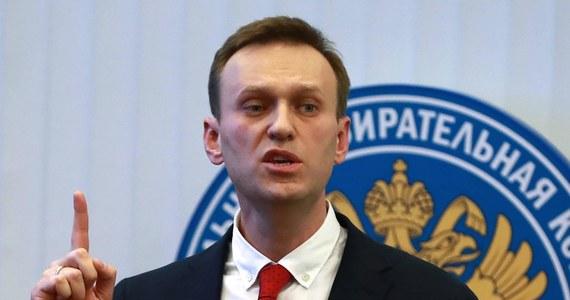 """Policja w Moskwie zatrzymała w niedzielę opozycjonistę Aleksieja Nawalnego, który pojawił się w centrum miasta, na ulicy Twerskiej, na demonstracji przebiegającej pod hasłem bojkotu wyborów prezydenckich w Rosji marcu 2018 roku. Już po zatrzymaniu Nawalnego na jego Twitterze pojawił się apel do zwolenników opozycjonisty, by nadal wychodzili na ulicę Twerską. """"Wychodzicie (na demonstrację) nie dla mnie, lecz dla siebie i swojej przyszłości"""" - głosi komentarz."""
