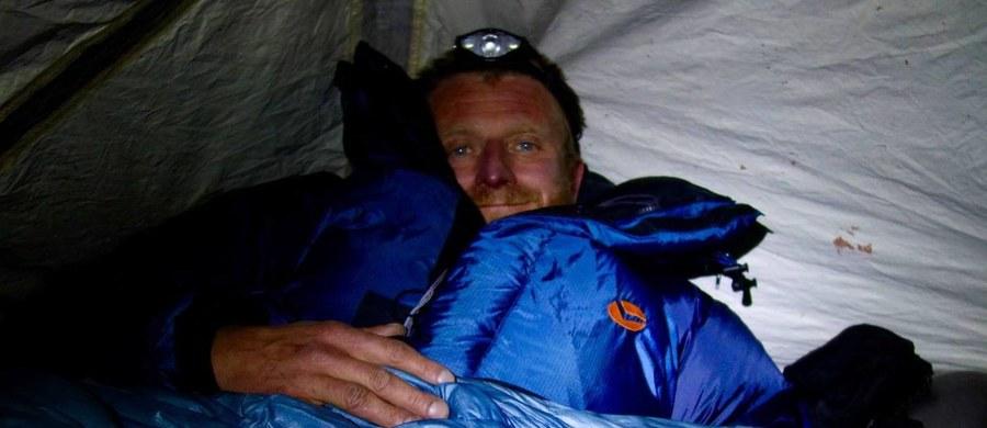 """""""Eli mówiła, że Tomek miał poważne odmrożenie nóg, nie potrafił już chodzić"""" – opisuje sytuację Tomasza Mackiewicza alpinista Janusz Majer. """"Miał tą śnieżną ślepotę, widać było wyraźny postęp choroby wysokościowej, bo on właściwie już był taki prawie nieprzytomny"""" – dodaje. Majer wspomina, że marzeniem Mackiewicza było wejście na szczyt Nanga Parbat zimą. """"Spędził tam siedem zim ucząc się tej góry (...) I spełniło się chyba to jego marzenie, bo Revol mówi, że byli na szczycie, ale cena, jaką zapłacił za to, jest straszna"""" – mówił Majer. """"Był postacią niezwykle barwną. Żył w sposób w jaki większość naszego społeczeństwa by nie potrafiła. I chyba też to jego odejście odbyło się w takim stylu, jak całe jego życie"""" – podkreślił kierownik komitetu organizacyjnego narodowej wyprawy na K2."""
