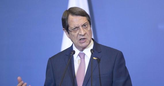 Dotychczasowy prezydent Cypru Nikos Anastasiadis prowadzi w niedzielnych wyborach. Wstępne wyniki wskazują jednak, że konieczna będzie druga tura, w której spotka się ze wspieranym przez lewicę Stawrosem Malasem.