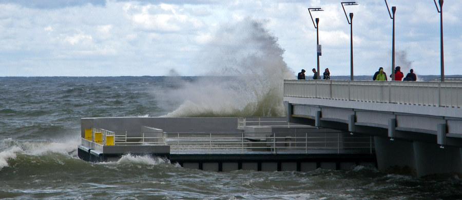 Instytut Meteorologii i Gospodarki Wodnej wydał ostrzeżenia przed silnym wiatrem dla niemal całego kraju. Już w nocy mocno wiało. W ciągu dnia spokojnie będzie jedynie w województwie lubuskim. Na Bałtyku sztorm.